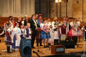 Marek Čáp (na obrázku druhý zprava) zpíval na slavnostím koncertě Zpěváčků a Sláviků v Bratislavě